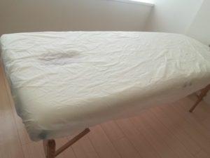 ベッドカバーも施術ごとに使い捨てのものを使用